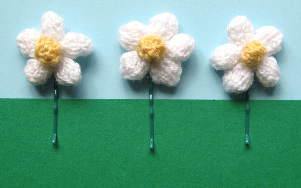 Knitted Daisy Hair Pins By Amanda Berry – Free Pattern!