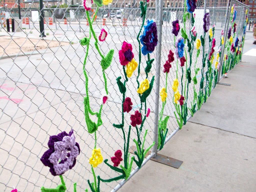 Как украсить забор из сетки рабицы на даче своими руками 16