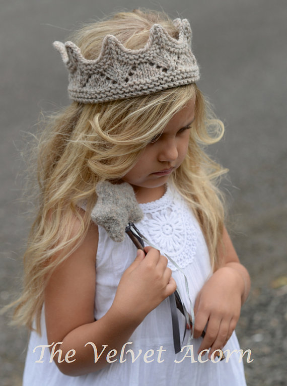 Get the knitted crown pattern.