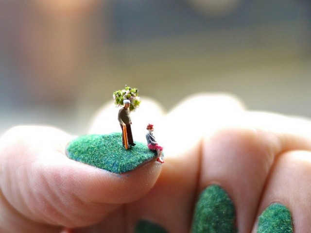 Nail-art-with-miniatures-Blog-Benetton-1