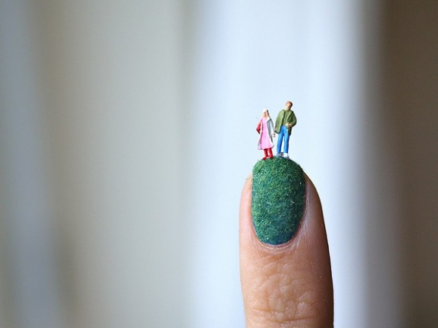 Nail-art-with-miniatures-Blog-Benetton-4