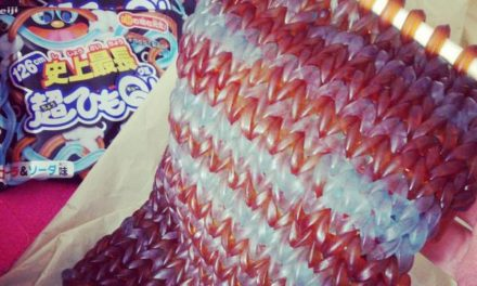 15 Packs of String Gummies Make Up This Knitted, Edible Scarf!