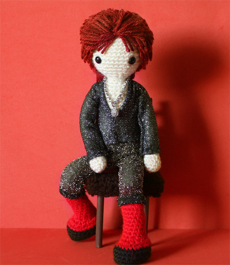 Crocheted version of Mick Rock photo of Ziggy Stardust by Miss Dolkapots