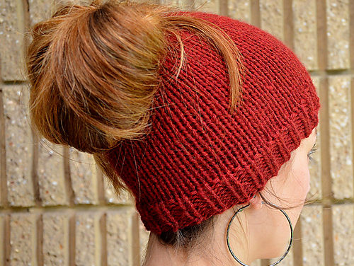The Best Free Knit Ponytail Hat Patterns (aka Messy Bun Beanies) – a Popular Trend This Year!