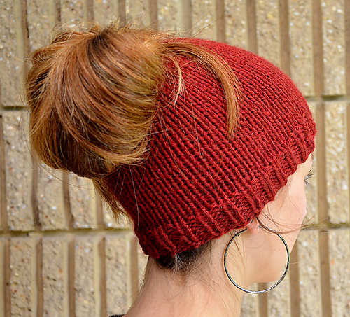 242606c872e The Best Free Knit Ponytail Hat Patterns (aka Messy Bun Beanies) – a ...