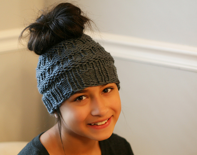 Loom Knit Messy Bun Hat by Isela Phelps – FREE Loom Knit Pattern via Ravelry e3b23fa4d4b