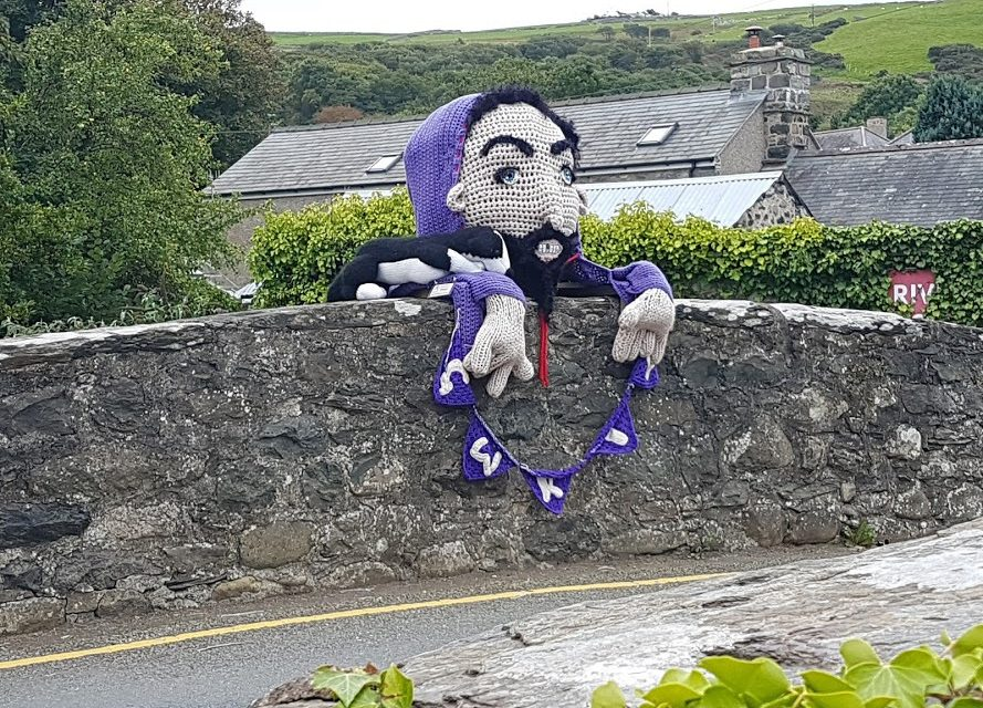 "Meet Gwril, ""The Scary Bridge Troll"" – Now That's How You Do a Yarn Bomb!"