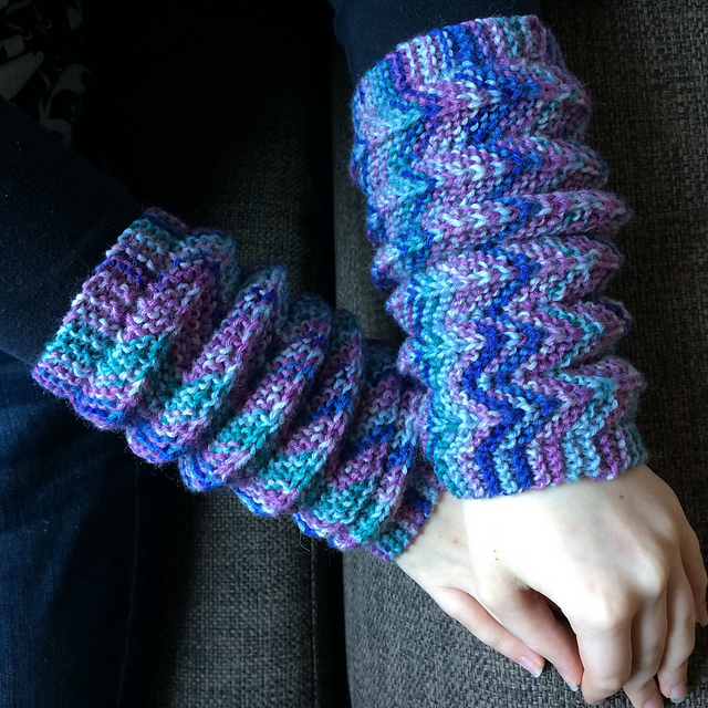 These Wiggly Wrist Warmers Expand and Contract With a Simple Sideways Knitting Trick!