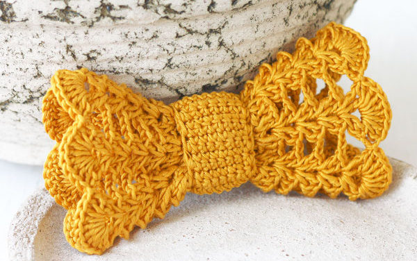 Cute Crochet Bow – Perfect Hair Accessory and the Pattern is FREE!