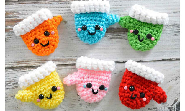Crochet a Pair of Amigurumi Christmas Mittens – Free Pattern!