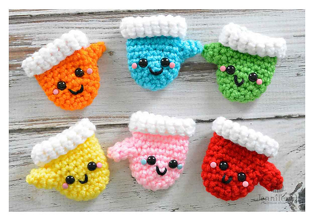 Crochet a Pair of Amigurumi Christmas Mittens - Free Pattern!