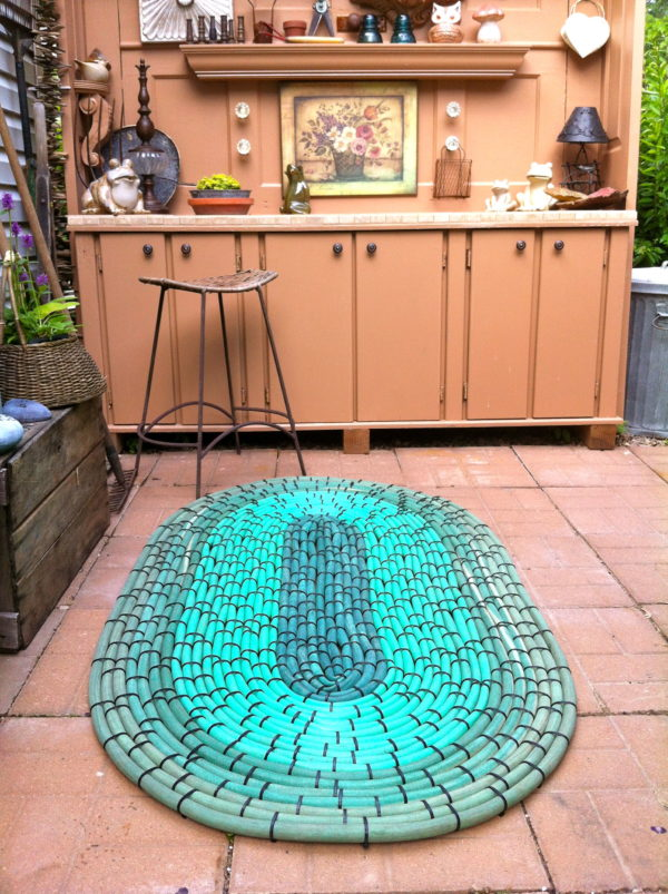 Make an Oval-Shaped Garden Mat Using Old Rubber Hoses and Zip Ties - Looks Terrific!