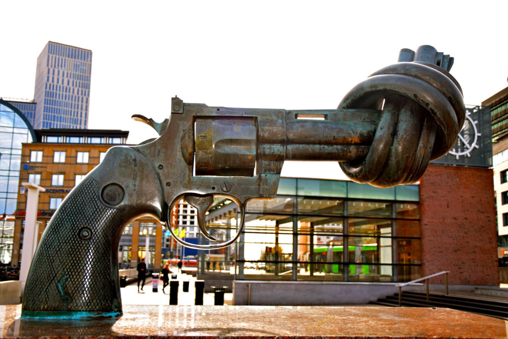 Non Violence sculpture by Swedish artist Carl Fredrik Reuterswärd, photo by Maria Eklind
