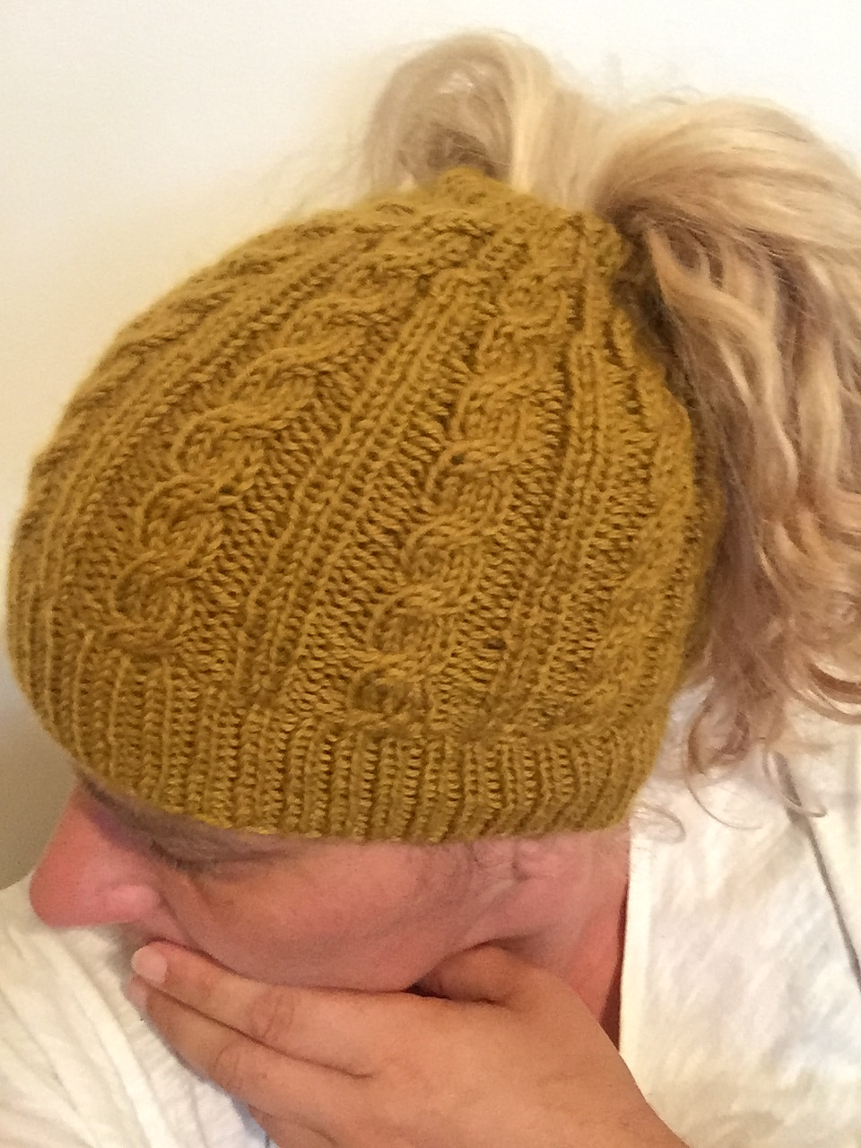 2018 Update: The Best Free Knit Ponytail Hat Patterns (aka Messy Bun Beanies) – Still a Popular Trend This Year!